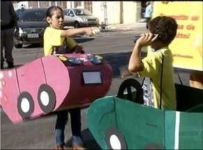 Crianças fazem tetro de rua em Gurupi para ensinar regras de trânsito - Crianças fazem tetro de rua em Gurupi para ensinar regras de trânsito