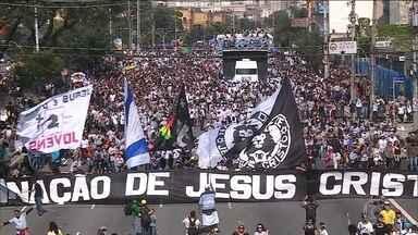 Milhares fiéis vão às ruas em SP para a 24ª Marcha para Jesus - Na noite de quinta-feira (26) terminou a 24ª edição da Marcha para Jesus, que levou milhares de fiéis às ruas de São Paulo. Até o início da noite o público era grande em frente ao palco montado na Zona Norte de SP.