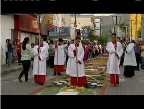 Fiéis fazem procissão em celebração ao Corpus Christi - Moradores da região confeccionaram tapetes para a procissão.
