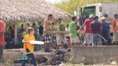 Voluntários tentam reconstruir galpões de ONG atingidos por incêndio em Buíque, no Sertão - Os dois espaços pertenciam à organização Amigos do Bem. Incêndio aconteceu no último domingo (31).