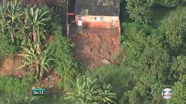 Menina de 4 anos morre após deslizamento de barreira em Passarinho, no Recife - Há risco de novos desmoronamentos e Defesa Civil colocou lonas na localidade. Tio da criança participou da equipe da prefeitura que fez o resgate.