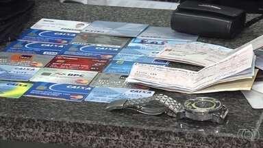 Pedreiro suspeito de furtar cartões é preso após postar foto na web, em Goiânia - Vítima conta que homem gastou mais de R$ 10 mil e planejava fugir de Goiás.Ele quebrou parede de onde trabalhava para roubar loja ao lado, diz PM.