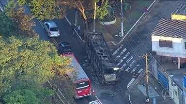 Dois ônibus são atacados em São Paulo - Os veículos foram atacados na Zona Leste durante a madrugada desta terça-feira (31). Um deles foi incendiado.