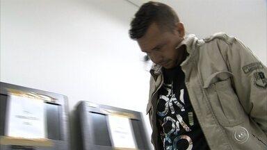 Homem é preso suspeito de roubar e estuprar vítimas em Jundiaí - Um homem de 33 anos foi preso suspeito de roubar e estuprar vítimas em Jundiaí (SP). De acordo com a polícia, ele entrava armado nas casas e rendia as vítimas. O suspeito, que foi detido em Sumaré (SP), foi reconhecido por pelo menos duas famílias e será indiciado por roubo qualificado e estupro. A suspeita é que ele também tenha roubado casas em Itatiba (SP).