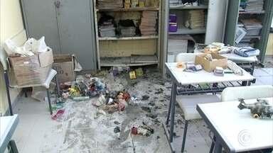 Funcionários de escola invadida por vândalos fazem mutirão em Itupeva - Funcionários da Prefeitura de Itupeva (SP) fazem um mutirão na manhã desta segunda-feira (30) para arrumar os estragos na a Escola Municipal Vitória Cômodo Raymundo Fernandes. No fim de semana, livros, brinquedos e alimentos foram queimados por vândalos. Os armários também foram arrombados. Cerca de 700 alunos vão ficar sem aula até que tudo seja limpo.