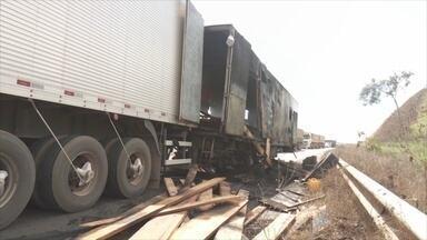 Carreta pega fogo e causa congestionamento e acidente - Uma das pistas da rodovia ficou interditada a cerca de 11 km de Ariquemes.Motociclista não conseguiu frear e bateu em ambulância que estava parada.