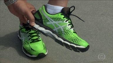 Ortopedista explica qual o calçado adequado para correr - Na hora de correr, o tênis deve ter um amortecimento. Sapatos muitos estreitos na frente e co, grande inclinação, causam muita pressão nos dedos.