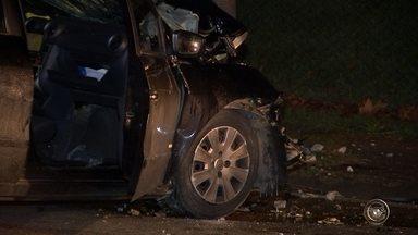 Motorista morre após bater carro contra poste em Sorocaba - Um motorista morreu depois de bater o veículo que dirigia contra um poste, na Avenida Comendador Camilo Julio, no bairro Jardim Ibiti do Paço, na noite de segunda-feira (30), em Sorocaba (SP).