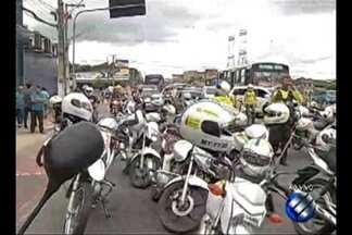 Em protesto, mototaxistas interditam trecho de avenida em Belém - Grupo pede maior fiscalização da Semob sobre a atuação de clandestinos. Cerca de 100 manifestantes bloqueiam a av. Júlio César nesta terça-feira (31).