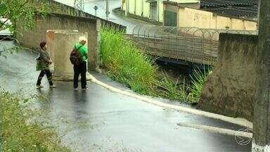 Moradores reclamam de rua que corre risco de desabar em Barra do Piraí, RJ - População da parte alta do Centro continua enfrentando problema, que já foi mostrado pelo RJTV há um mês.