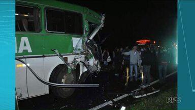Acidente com ônibus de estudantes na BR-153 deixa quatro feridos - O acidente foi na entrada de Jacarezinho e envolveu um ônibus e um caminhão.