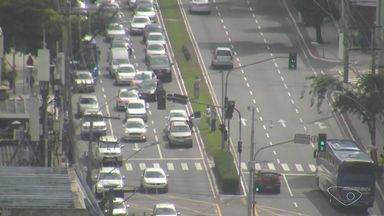 Acidente entre 3 veículos complica trânsito na Reta da Penha, Vitória - Guarda Municipal de Trânsito informou que o acidente não deixou feridos.Engarrafamento chegou na altura de um hipermercado.