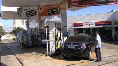 Motoristas reclamam dos preços dos combustíveis em Goiás - Para tentar economizar, muitas pessoas pesquisam preço, percorrem longas distâncias e enfrentam filas.