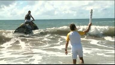 Tocha Olímpica é levada até para dentro do mar por surfista no revezamento - Tocha Olímpica é levada até para dentro do mar por surfista no revezamento