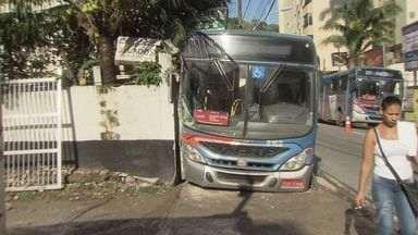 Ônibus desgovernado bate em muro e deixa mulher ferida em São Vicente, SP - Eixo de suspensão da roda quebrou e motorista perdeu controle.