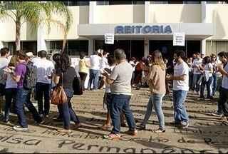Professores e alunos da Unimontes fazem manifestação em Montes Claros - Eles reivindicam melhores condições de trabalho e mais assistência aos estudantes.