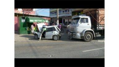 Duas pessoas ficam feridas em engavetamento em descida de ponte em Cabo Frio, no RJ - Motorista de caminhão que causou acidente fugiu do local.