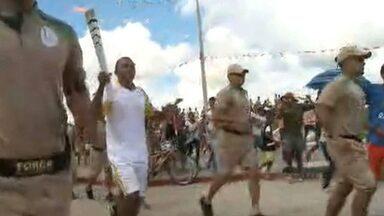 Chama Olímpica chega à Paraíba por Pedras de Fogo e multidão vai às ruas - Tocha deixou Pernambuco e entrou na Paraíba no início da tarde desta quinta-feira