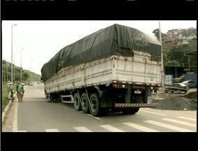 Caminhão fica preso em buraco após rompimento de adutora na BR-116 - Abastecimento foi interrompido nos Bairros Palmeiras e Mãe de Deus.