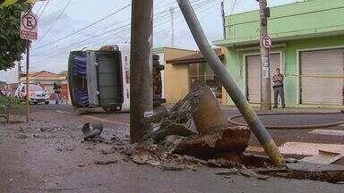 Micro-ônibus tomba e derrapa após colisão com ônibus em Ribeirão Preto - Único ferido, motorista de 29 anos foi socorrido com escoriações e passa bem. Bombeiro diz que um dos condutores desrespeitou semáforo no cruzamento.