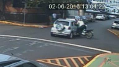 Vídeo mostra colisão entre carro e moto em Sertãozinho, SP - Motociclista atingiu lateral do automóvel após ser fechada na Rua Elpídio Gomes.
