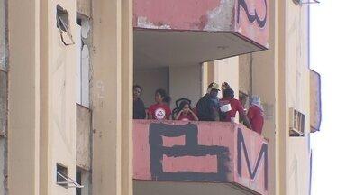 Tentativa de desocupação do antigo Hotel Torre Palace já dura 35 horas - O hotel segue ocupado por invasores. Muitos já deixaram o local.