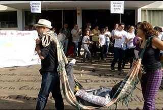 Servidores da Unimontes fazem nova manifestação - Greve completou um mês e tem apoio de estudantes da instituição, que também cobram mudanças.