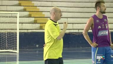 Má fase do Umuarama Futsal derruba técnico Maneca - Nas últimas cinco partidas foram quatro derrotas. A má fase da equipe na Liga Nacional e no Paranaense pesou na demissão, segundo a diretoria do clube.