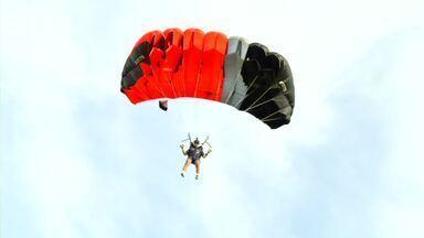 Militares da aeronáutica treinam paraquedismo em Resende, RJ - Céu da cidade está mais colorido esta semana, com o treinamento da modalidade mais antiga do esporte: a precisão.