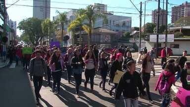Estudantes de Guarapuava protestam contra o governo do estado - Os alunos pedem a instalação da CPI da Merenda e também mais rigor nas investigações da Operação Quadro Negro.