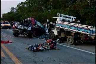 Jovem morre e duas pessoas ficam feridas na MG-050 em Divinópolis - Batida entre carro e caminhão ocorreu próximo à saída do Bairro Tietê. Dois ocupantes do caminhão sofreram fraturas e foram socorridos.