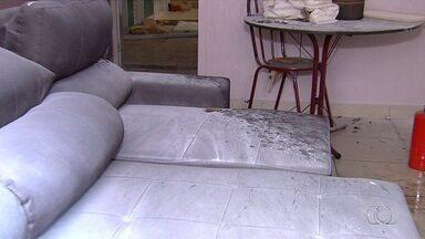 Após explosão, bombeiro alerta sobre riscos de impermeabilizar móveis, em Goiânia - Segundo corporação, procedimento não deve ser feito dentro de imóveis. Apartamento explodiu enquanto o processo era feito em sofá.