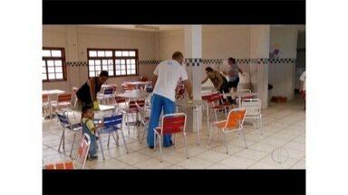 Pais de alunos realizam mutirão de limpeza em escola de Rio das Ostras, no RJ - Serviço de limpeza está suspenso na cidade.