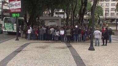 Servidores da alimentação de Santos, SP, estão em greve - Eles pedem por redução da jornada de trabalho e aumento de salário.