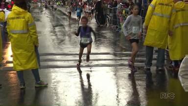 Crianças praticam a corrida incentivadas pelos pais - Centenas delas foram as ruas para participar da Prova Rústica Mandacarú