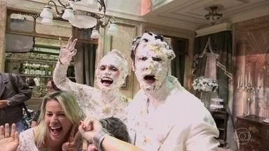 Confira os bastidores da guerra de tortas de 'Êta Mundo Bom!' - Otaviano Costa reclama dos maus-tratos a Flávia Alessandra e conta que a mulher fica até de madrugada tirando torta da cara e do cabelo