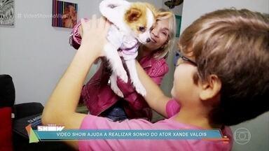 Xande Valois se emociona ao ganhar um cachorro - Ator fez campanha para que a mãe o deixasse ter um cachorro