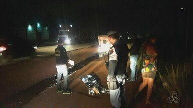 Garoto de 13 anos morre atropelado na rodovia Duca Serra - Um garoto de 13 anos morreu atropelado na rodovia Duca Serra. O motorista que provocou o acidente fugiu sem prestar socorros. Anderson botelho morreu no local.