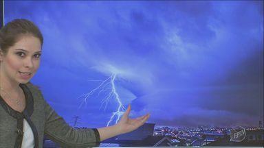 Fenômeno que causou tempestade em Campinas é chamado de microexplosão - Tempestade durou 40 minutos e cidade foi atingida por mais de 1.400 raios. Foram atingidas 330 casas e sete escolas públicas.