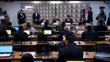 Comissão do impeachment recua e não diminui prazo para alegações - Tanto a defesa de Dilma quanto a acusação terão 15 dias cada. Decisão foi elogiada por senadores contra e a favor do impeachment.