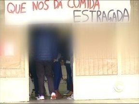 Pais protestam contra ocupação de escola - Em Caxias do Sul, RS, quatro escolas seguem ocupadas por estudantes