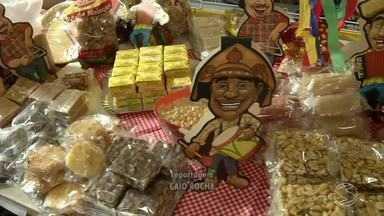 Comércio de Resende, RJ, se prepara para temporada de festas juninas - Em supermercados já é possível encontrar produtos específicos da época.