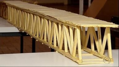 Estudantes de engenharia civil fazem ponte com palitos de picolé em Dourados, MS - Você confiaria passar em uma ponte feita com palitinhos de picolé? A ideia parece absurda, mas funciona. Como? Veja na reportagem.