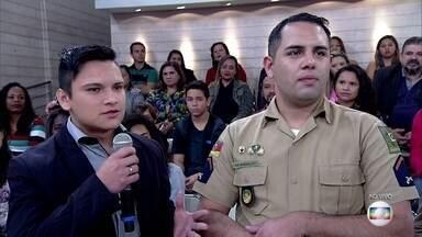 Policial gay consegue o direiro de se casar com o uniforme de gala da PM - Miguel e Diego vão se casar em dezembro de 2016. O soldado será o primeiro policial gay a se casar com o uniforme de gala em 178 anos de brigada militar gaúcha