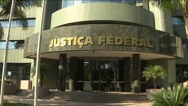 STF devolve investigações sobre Lula na Lava Jato à Justiça Federal no PR - O ministro decidiu anular a validade da conversa, em que a presidente afastada Dilma Rousseff falava em enviar o termo de posse à Lula, para as investigações.