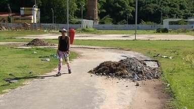 Parque da Macaxeira é retrato do abandono - Mato alto, equipamentos enferrujados e falta de iluminação são alguns dos problemas verificados no local