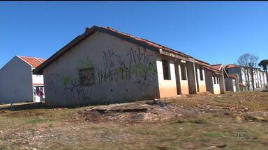 Obra da Cohab deveria ter ficado pronta em 2014 - Centenas de de pessoas que não têm onde morar já esperam há dois anos pela entrega das casas do residencial Maringá 1, da Cohab, em Curitiba.