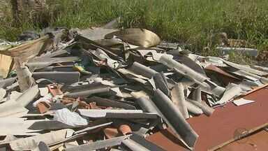 Moradora reclama de entulho em terreno do Jardim Zavaglia, em São Carlos - Há telhas quebradas, pedaços de madeira e materiais de construção espalhados pela calçada.