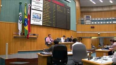 Câmara começa a votar projeto de lei que estabele os salários da próxima legislatura - Pela proposta apresentada hoje, os vereadores eleitos em outubro vão receber menos do que a atual legislatura. Os vereadores receberão quase R$13 mil e o presidente R$15 mil.