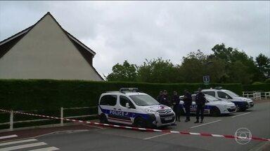 Casal é morto na França por homem que jurou lealdade ao Estado Islâmico - Um policial e a mulher dele foram mortos em Magnanville na segunda-feira (13). A ligação com o grupo extremista ainda está sendo investigada pela polícia francesa.